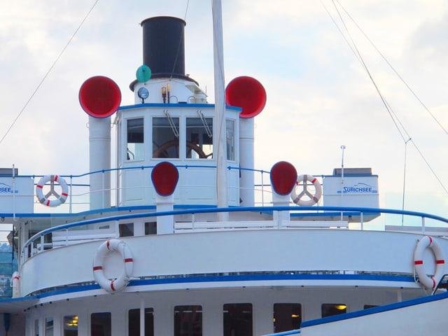 Das Deck eines Schiffs mit roten Hupen.