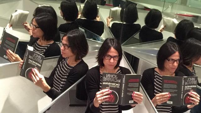 Annette König im Spiegellabyrinth mit «Das Vermächtnis der Spione» von John le Carré in der Hand