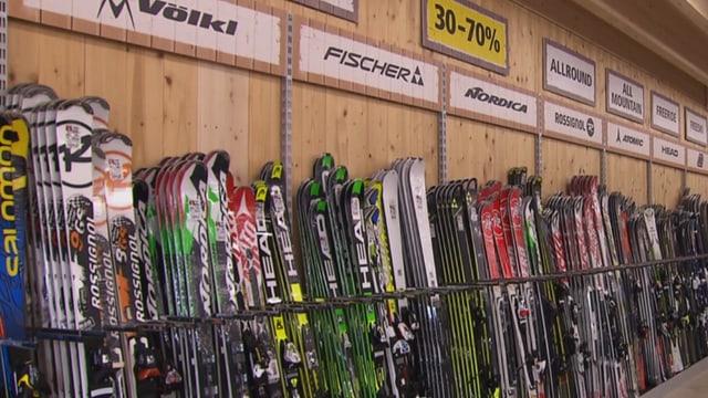 Ski in einem Verkaufslokal.