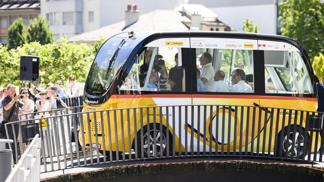 Ein Mini-Postauto auf einer Brücke.