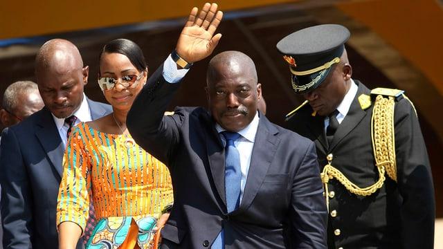 Kongos Staatschef winkt.