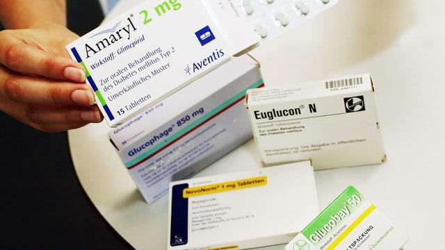 Diverse Antidiabetika auf einem Tisch.