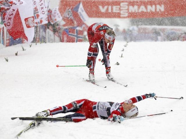 Therese Johaug liegt ausgepumpt im Zielbereich auf der Alpe Cermis.