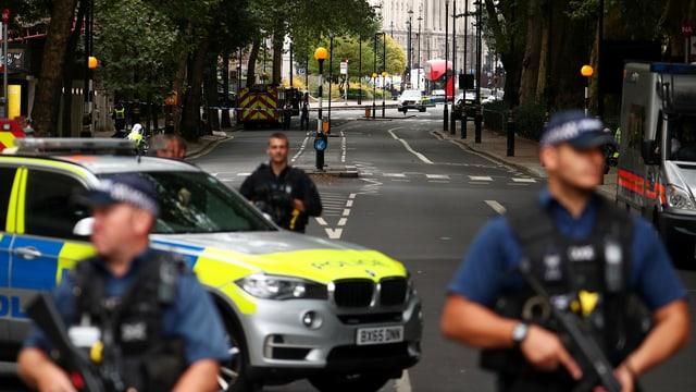 Davant il parlament a Londra è in um charrà cun in auto en ina serra. Pliras persunas èn vegnidas blessadas.