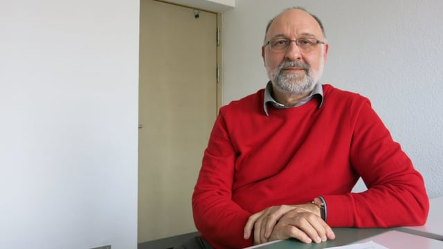 Michel Jaccard in rotem Pullover