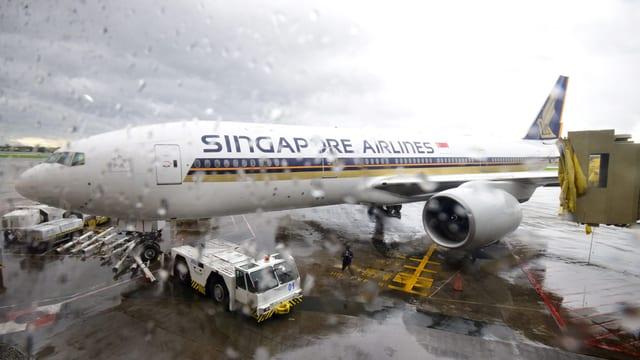 Ein Flügel der Boeing 777-200 touchierte die Passagierbrücke und wurde beschädigt.
