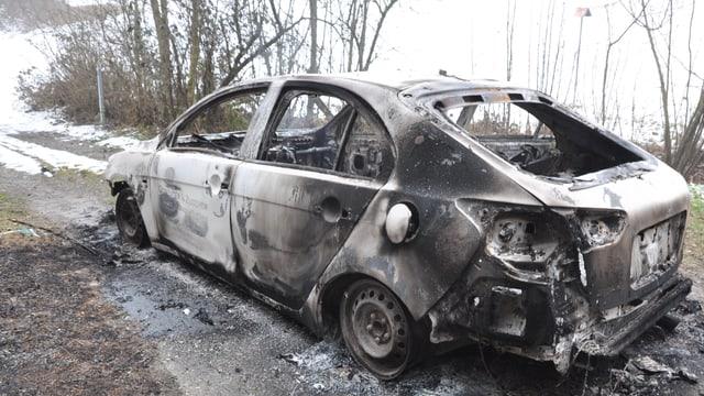 Ausgebranntes Wrack eines Autos.