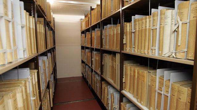 Blick ins Bundesarchiv. Regale mit Dokumenten.