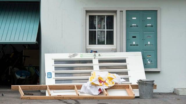 Die Haustüre liegt am Boden, nachdem die Polizei ein besetztes Mehrfamilienhaus in Oerlikon geräumt hat.