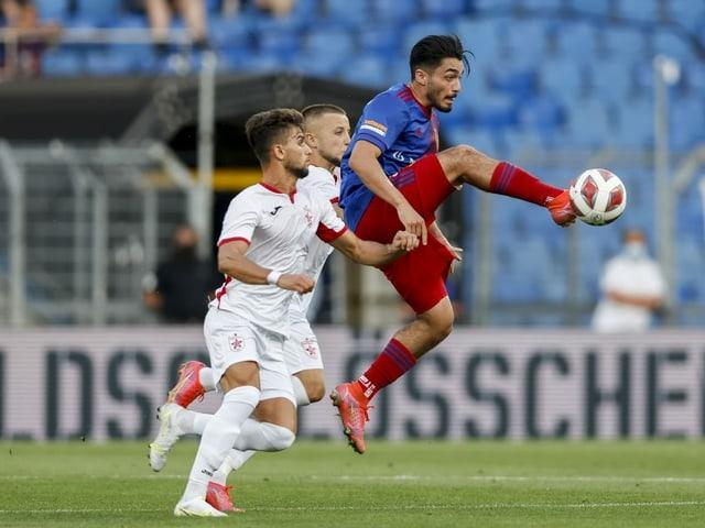 FCB-Spieler Palacios nimmt den Ball in der Luft gekonnt an