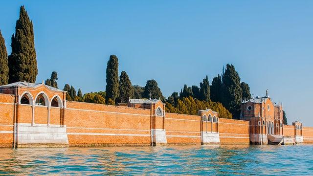 Die Aussenmauern der Friedhofsinsel stehen direkt im Wasser.