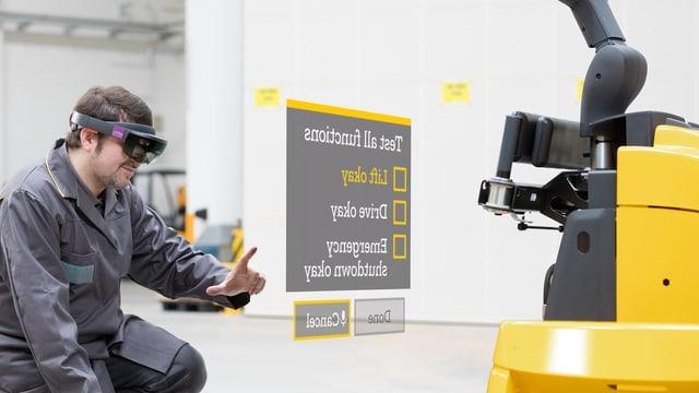 Ein Techniker vor einem Stapler, dazwischen eingeblendet ein Menü als erweiterte Realität.
