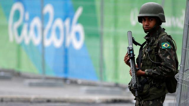 Ein Soldat bewacht eine Sporstätte der Olympischen Spiele in Rio.