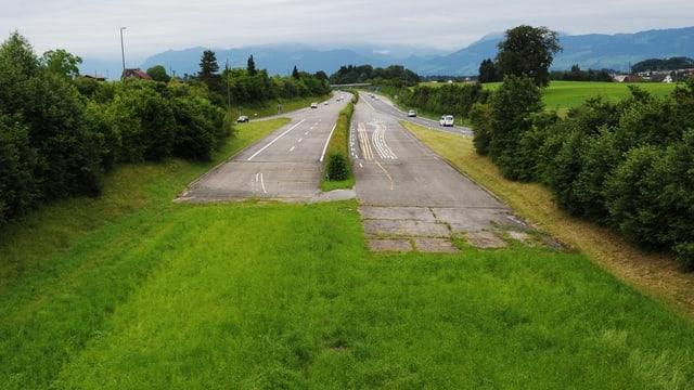 Der Stupf der Autobahn, der auf eine grüne Wiese führt.