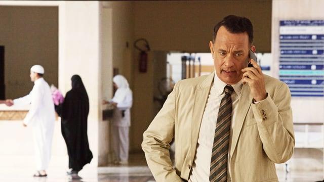 Tom Hanks als Alan Clay am Handy.