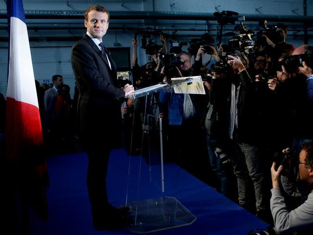 Emannuel Macron vor einer Rede auf dem Podium.