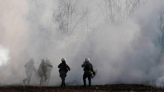 Polizisten und Rauch