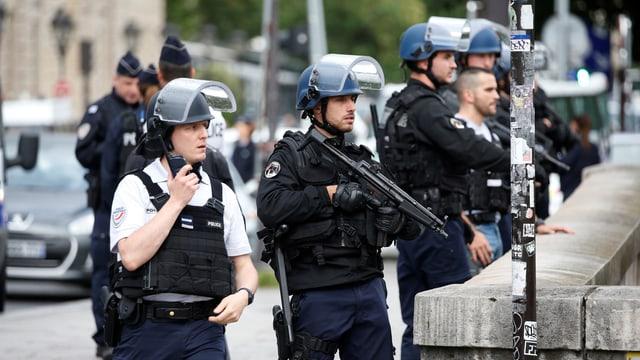 Polizisten sichern das Gelände rund um die Kathedrale Notre Dame in Paris.