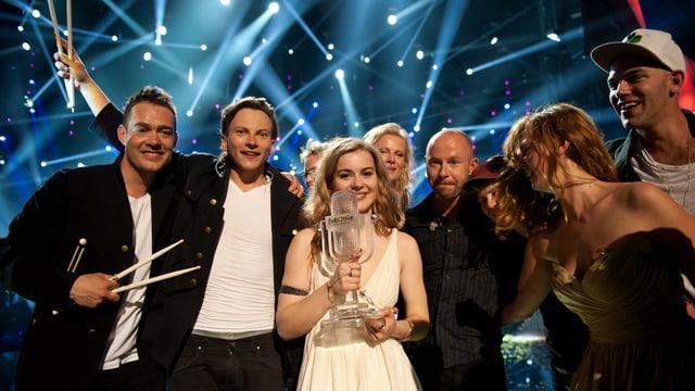 Die strahlende Siegerin Emmelie de Forest mit ihrer Band auf der ESC-Bühne