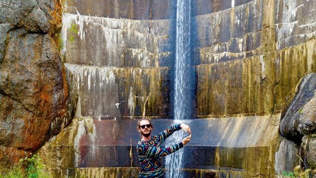 Nick Furrer vor einem Wasserfall.