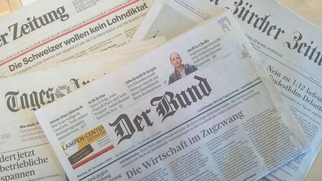 Mehrere Zeitungen auf einem Tisch