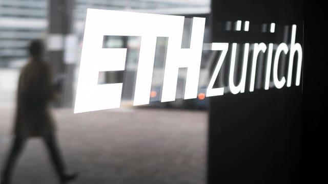 """Schriftzug """"ETH Zürich"""" auf einer Glasscheibe"""