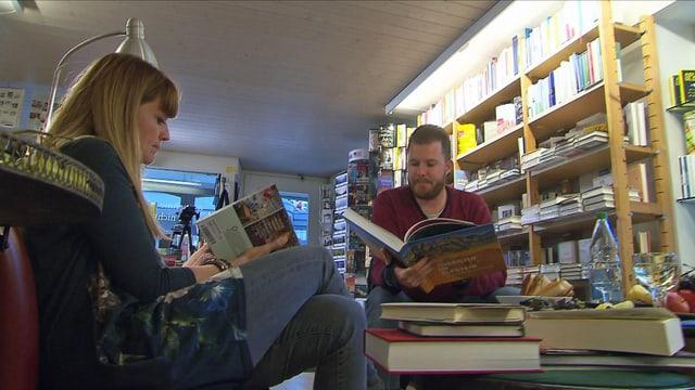 Zwei lesende Menschen.