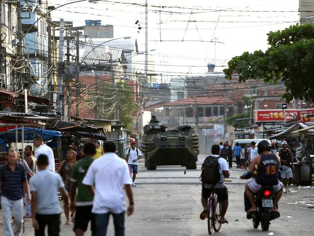 Panzerfahrzeuge im Favela.