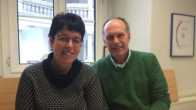 Lucia Lauener (links) zusammen mit Thomas Bolli (rechts) im Büro der Alpen-Initiative in Altdorf.