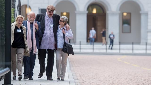 Dieter Behring (2. von rechts) mit seiner Ehefrau und seinem Anwalt (2. von links)