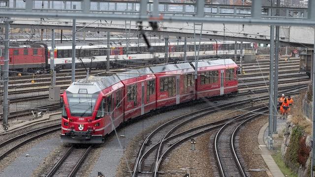 Tren da la Viafier retica a la staziun da Cuira.