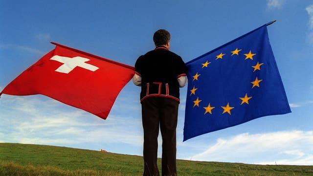 Ina bandiera da la Svizra e da l'autra vart ina da l'UE.