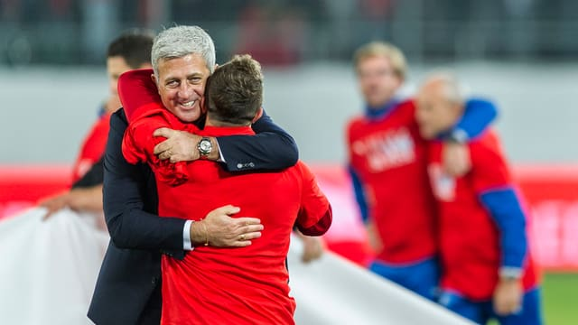 Vladimir Petkovic embratscha Xherdan Shaquiri suenter la victoria da 7:0 cunter San Marino