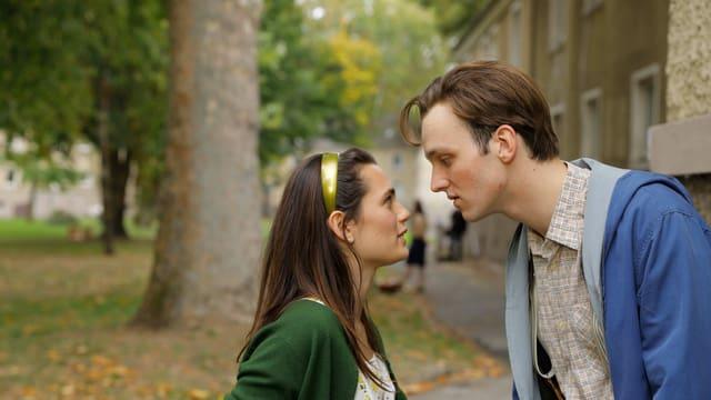 Der junge Udo (Jan Bülow) mit seiner Jugendliebe Susanne (Ella Rumpf).