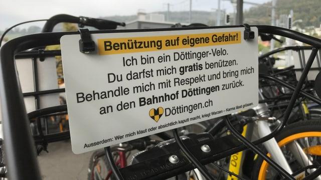 """An den Velos ist ein Schild angemacht mit dem Text: """"Benützung auf eigene Gefahr"""""""