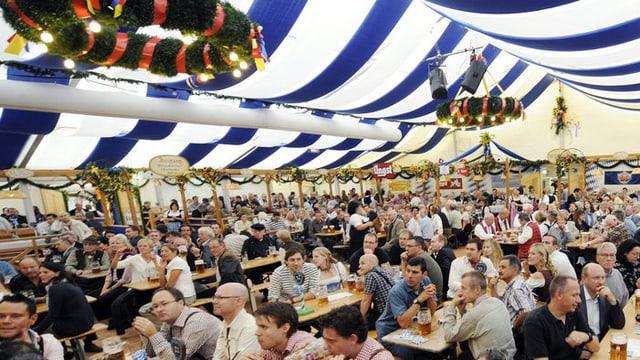 Ein Blick in ein Bierzelt am Zürcher Oktoberfest