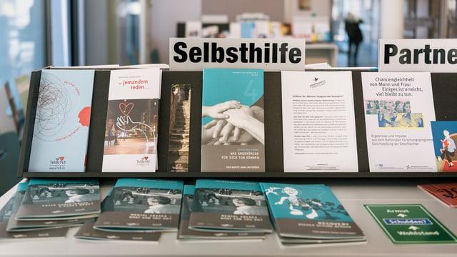 Symbolbild: Broschüren unter dem Titel «Selbsthilfe» liegen in einem Sozialzentrum auf.