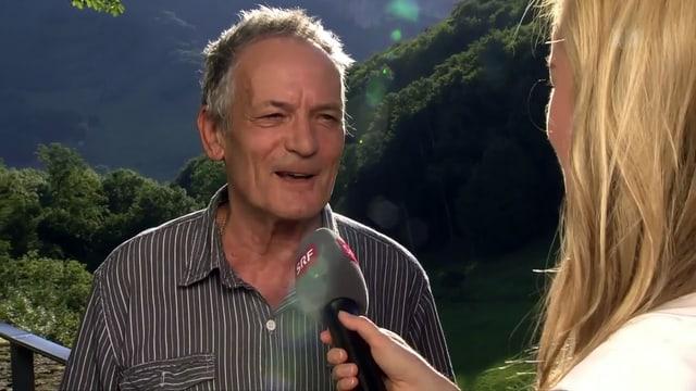 Mann spricht lächelnd in Mikrophon