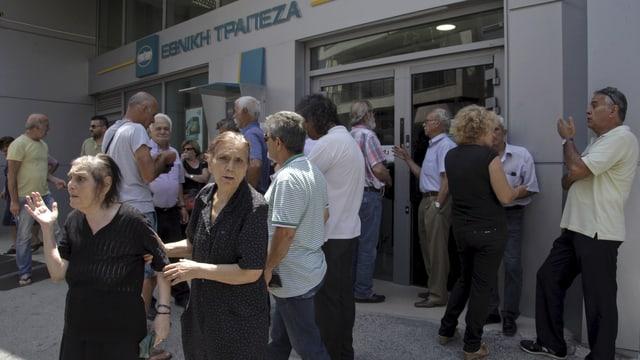 persunas pensiunadas spetgan avant las portas d'ina banca en Grezia