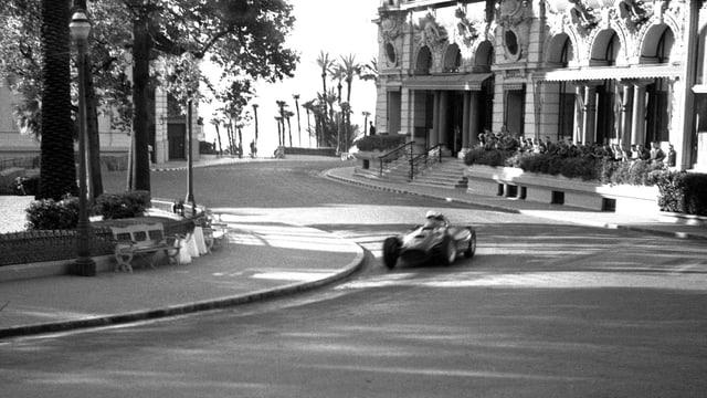 Alberto Ascari fährt beim GP Monaco 1955 eine Rechtskurve.