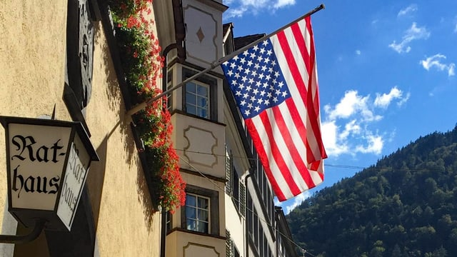 La bandiera dals Stadis Unids da l'America vid la chasa municipala da Cuira. Las stailas èn giusut enstagl sissum.