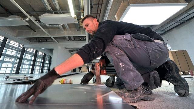 Handwerker verlegt einen Boden
