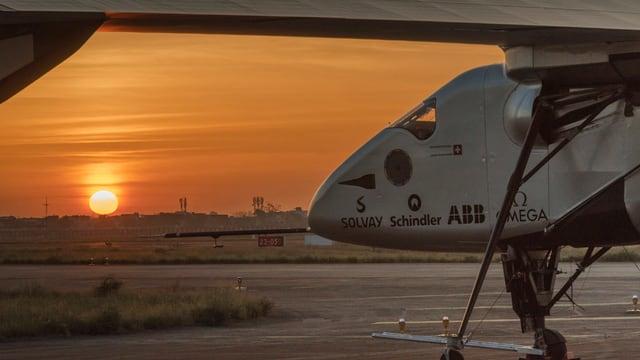 L'aviun «Solar Impulse 2» è a terra. Davanttiers vesan ins la rendida dal sulegl.
