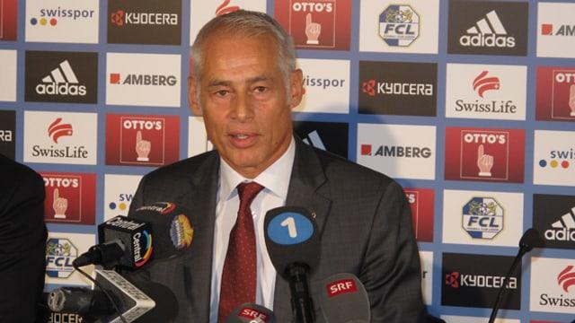 Der neue FCL Präsident Rudolf Stäger hinter einer grossen Zahl von Mikrofonen