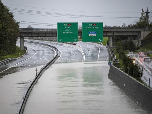 Die Fahrbahn der Autobahn A2 ist überschwemmt