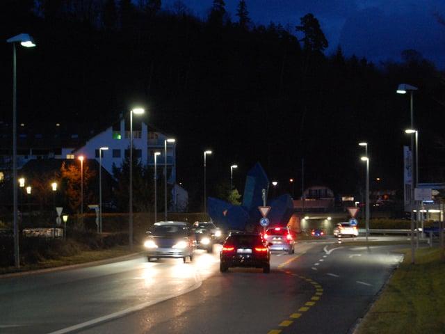 Viele Strassenlampen brennen auf einem Kreisel.
