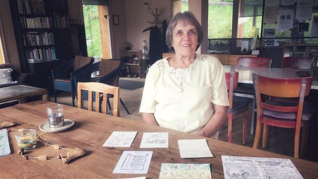 Dora Orfei organisescha dapi 4 onns curs da calligrafia a Luven