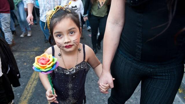 Kind läuft an einer Demo für Homosexuellen-Rechte mit