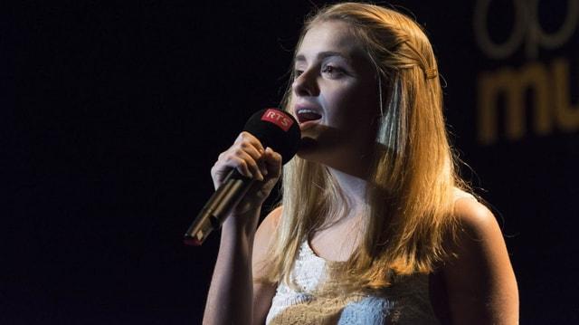 Celia singt auf der RTS-Bühne