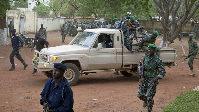 Soldaten auf dem Militärstützpunkt Kati, ausserhalb von Bamako. (keystone)
